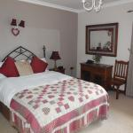 Beautiful master bedroom. loads of space, a walk in wardrobe and a single bed