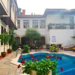 Der Pool liegt im Innenhof des Hotels und es ist die daher sehr ruhig.