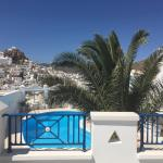 Room with balcony with view on the pool and Chora!