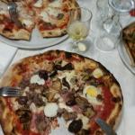 Sulle pizze, nulla da eccepire. Ottimo impasto, enormi e condimento eccezionale. Prezzi onestiss