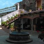 Fuente frente a una de las entradas del restaurante Uno de los tantos y hermosos patios del hote