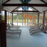 relaxruimte vlak bij het binnen en het buitenzwembad.