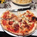 Pizza qui est énormément grande et convient pour une personne (très affamé).