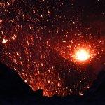 El volcán eructando
