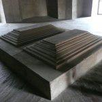 床にはシンプルに棺のレプリカ