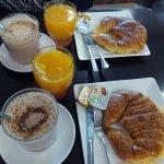 Desayuno continental en la cafetería