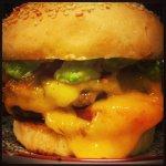 Anti pasti à partager , pâtes fabriquées sur place et burger maison au véritable cheddar....