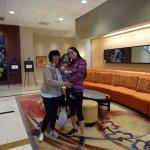 En el hall del hotel con mi hermana y sobrinita.