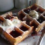Fantástico waffle de frutilla y helado