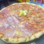 Pizza salmón y jamón serrano (8,5 €)