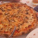 Pizza con mozzarella y champiñones, de las mejores que he tomado en mucho tiempo.