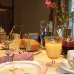 petit-déjeuner avec gâteau et confitures maison