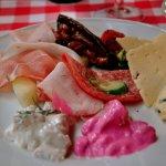 Essens-Beispiel: Schinken, Käse, Salami, Fische, und Antipasti