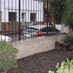 vista a la calle Belgrano desde la entrada de la posada