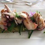 Gegrillte Tintenfische, Kräuterfocaccia, Zucchini und Aioli