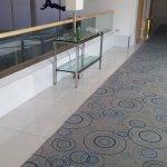 בירות וסיגריות על הריצפה ועל שולחן במסדרון