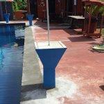 Petit tour de la piscine  avec transats  et douche s il vous plait