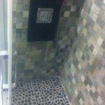 La ducha con piedras naturales e hidromasaje