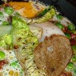Oeuf cuit parfait au comté avec petit pois, chorizo et salade