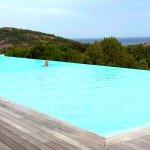 la grande piscine chauffée à débordement