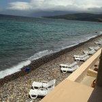 """Vue de la chambre, sur la petite plage """"privative"""" de l'hôtel""""."""