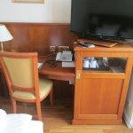 Schreibtisch mit TV-Gerät