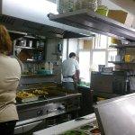Pohľad do kuchyne z reštaurácie