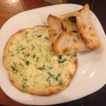 Esfiha de queijo aberta e de queijo com azeitona fechada