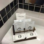 Badezimmer, vorne Stück Seife, dafür aber gibt es keine Seifenschale oder so ähnliches!