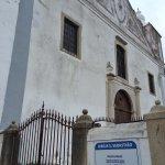 Portão de entrada com horários das Missas