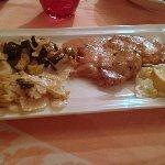 Escalope poêlée avec sauce et bresaola accompagnée de courgettes