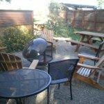 Le coin extérieur avec le feu, les fauteuils, la table de pic-nic