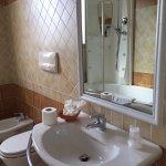 Bagno spazioso con vasca Idro e doccia totale