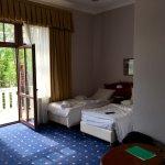 Chambre double avec deux lits simples. Très grande salle de bain et balcon.