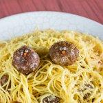 Nido con polluelos. Spaguettis con albóndigas y deliciosa salsa napolitana de la casa.