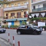 restaurant (façade jaune) en face de l'hôtel avec la route à traverser