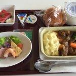 体験機内食「ビーフ リヨネーズソース」。メインディッシュの他、パンやデザートが付いていました。