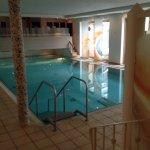 Pool mit Liegelandschaft und Massagedüsen
