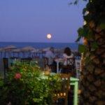 Φεγγάρι Αυγουστιάτικο υψώνεται