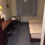 Zimmer, fleckiger Boden...