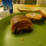 Et encore sur cette photo le pain au chocolat pourrait paraître normal...