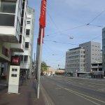 Ibis Hotel im Hintergrund der Hauptbahnhof