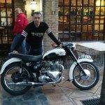 Con mi Triumph Tiger 100 de 1959 presentando sus respetos en El Boliche