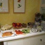 Eier, Äpfel, Tomaten, Gurken, Brotaufstrich