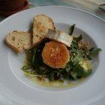 Теплый салат с козим сыром