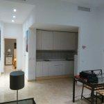 Vista desde el sofá, está la pequeña cocina, con un frigorífico pequeño, suficiente.