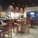 area tipo bar, con una buena seleccion de vinos y happy hours