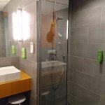 Bad im Zimmer 716, mit sehr großer Dusche