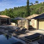 terrasse et piscine devant chambres
