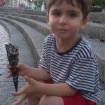 Mi peke de tres años comiéndose un helado Sabor Kinder con cucurucho de chocolate en el Arriaga